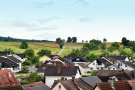 Häuser vor Hügel
