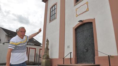 Geschichtsexperte Anton Machauer vor der Jöhlinger Kirche St. Martin – die Jöhlinger sind auch als Kreuzköpfe bekannt. Ein Neckname, der auf die katholische Prägung der Gemeinde zurückgeht.