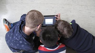 Drei Jungs mit Tablet