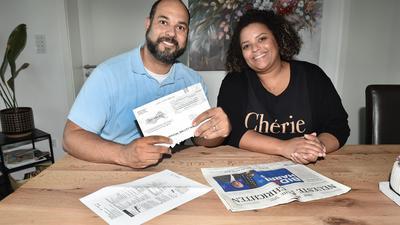 Ein Mann und eine Frau sitzen an einem Küchentisch