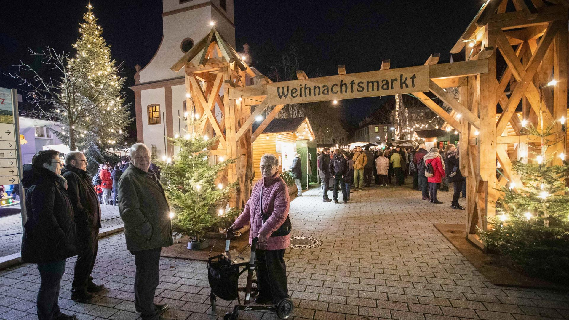 Walzbachtaler Weihnachtsmarkt auf dem Kirchplatz Jöhlingen