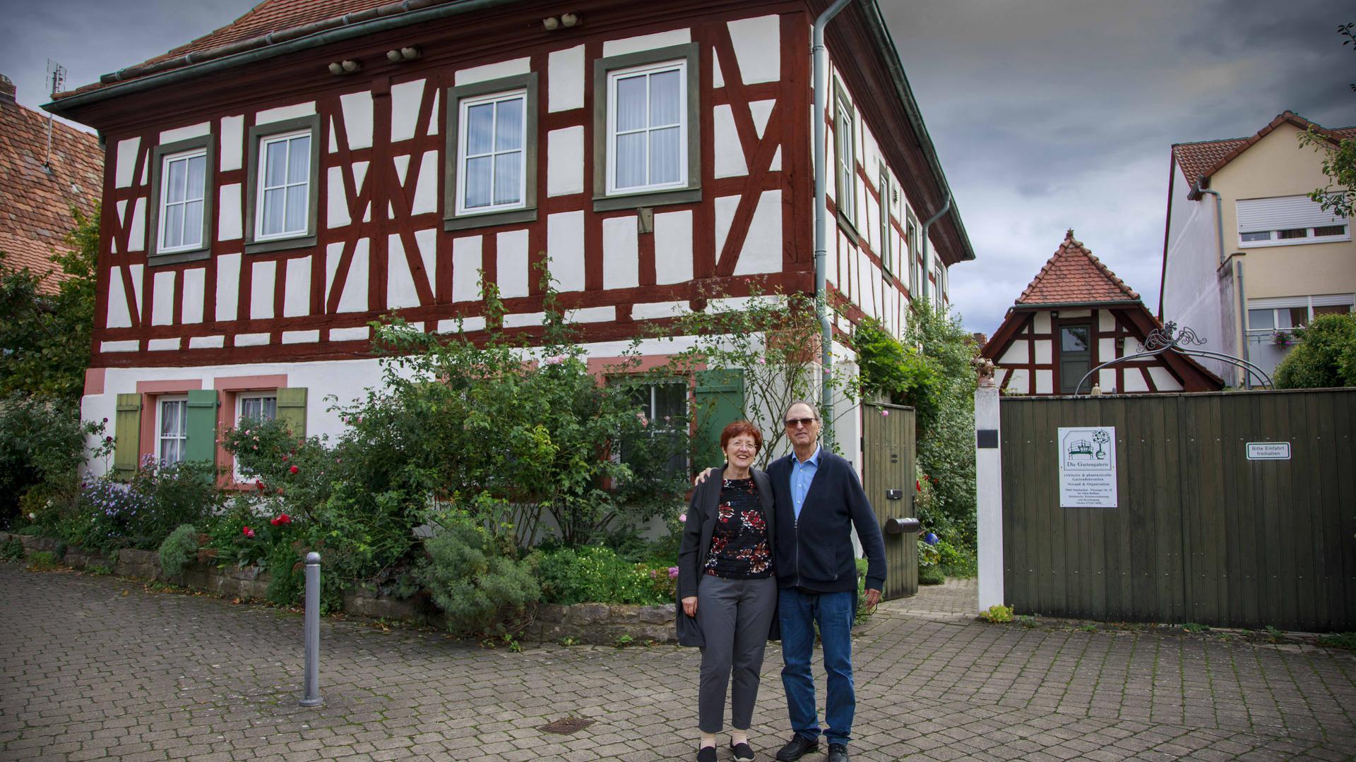 Monika und Gerd Tittlbach vor dem alten Rathauses