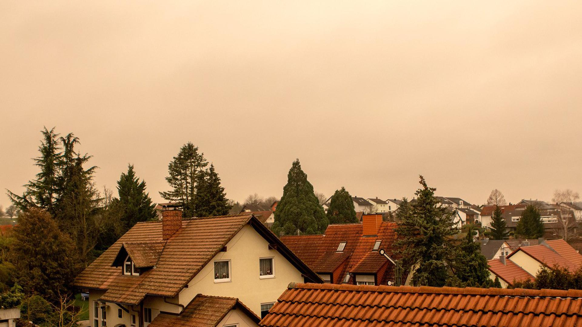 Gelb-brauner Himmel über Wössingen (Walzbachtal).