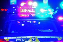 """Der Schriftzug """"Unfall"""" leuchtet auf einem Streifenwagen."""