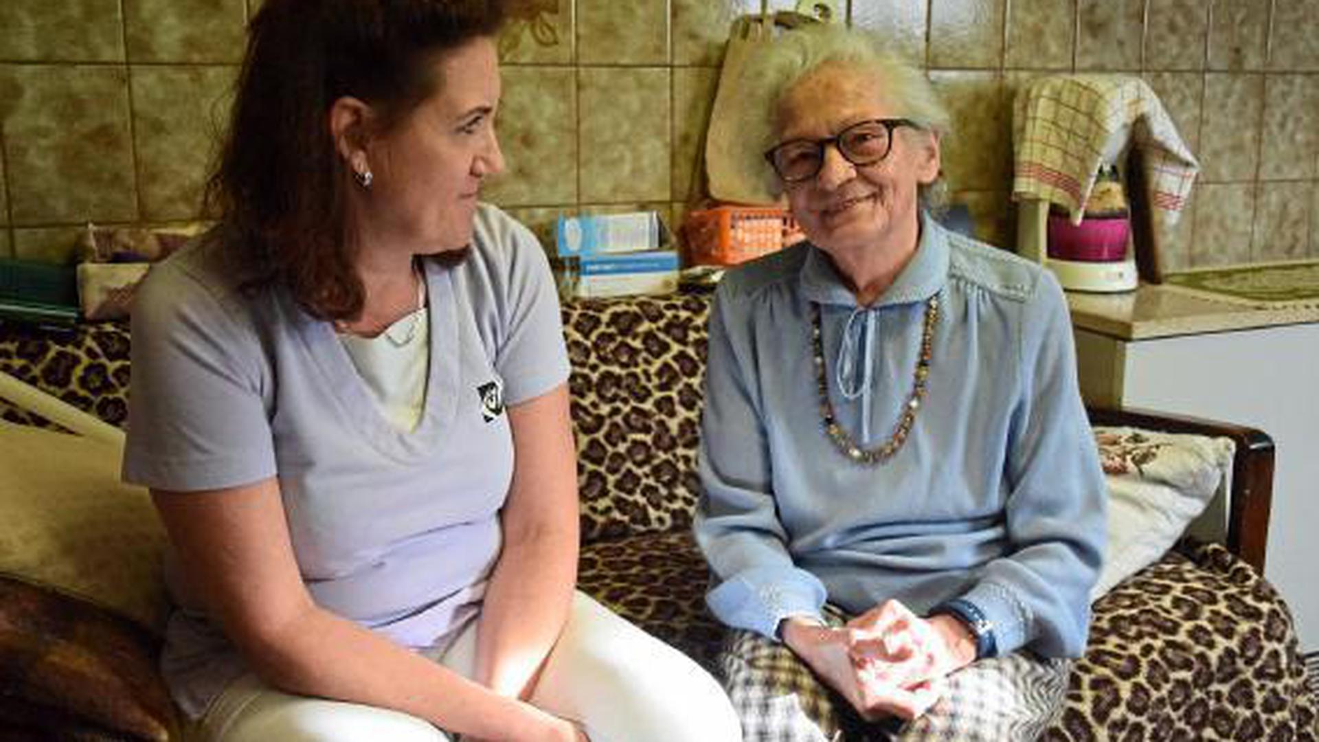 Bei ihren Hausbesuchen ist die gelernte Altenpflegerin Martina Winkendick für viele ihrer Kundinnen und Kunden die wichtigste Ansprechpartnerin. Neben den pflegerischen Aufgaben sind ihr auch das Zuhören und das Gespräch wichtig.