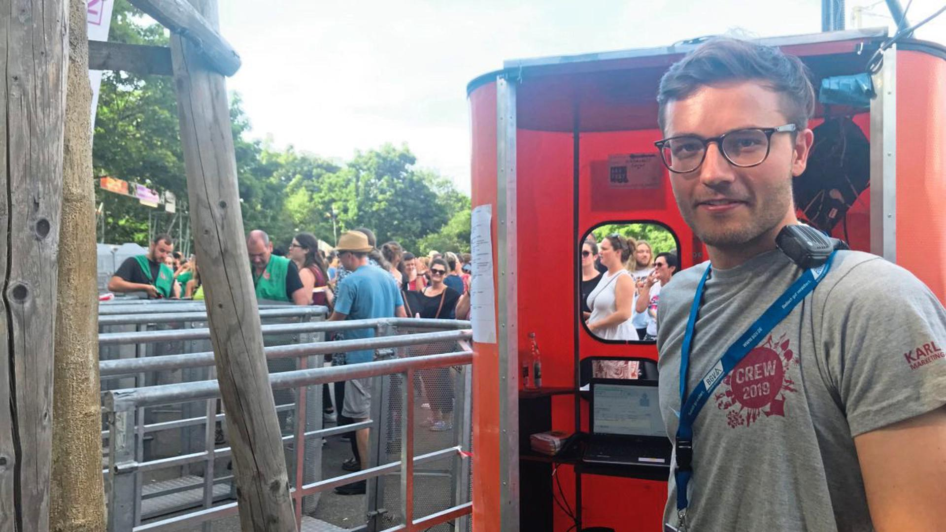 Philipp Manz hält am Einlass an der Europahalle Ausschau nach gefälschten Tickets.