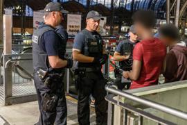 Beamte der Bundespolizei kontrollieren im Hamburger Hauptbahnhof.