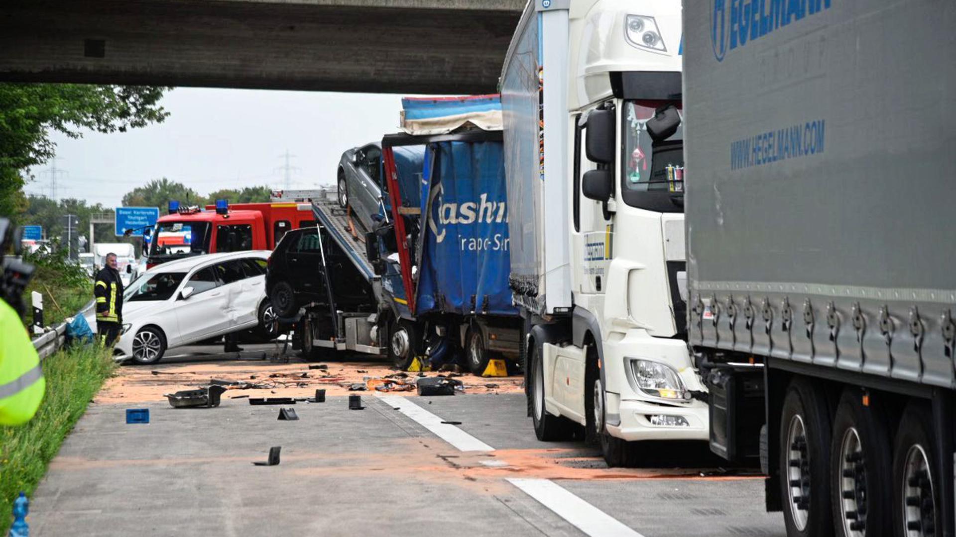 Auf der A5 hat sich ein schwerer Unfall ereignet. Der Fahrer eines Autotransporters hatte ein Stauende übersehen und war auf einen zweiten Lkw aufgefahren.