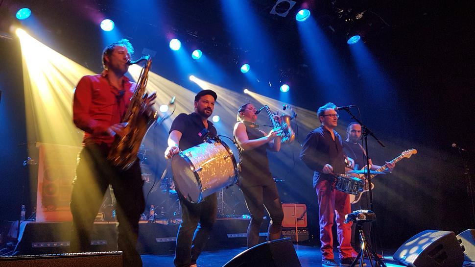 Elektronische Tanzmusik und traditionelle Balkan-Melodien vereinen die fünf Musiker in ihren Songs.