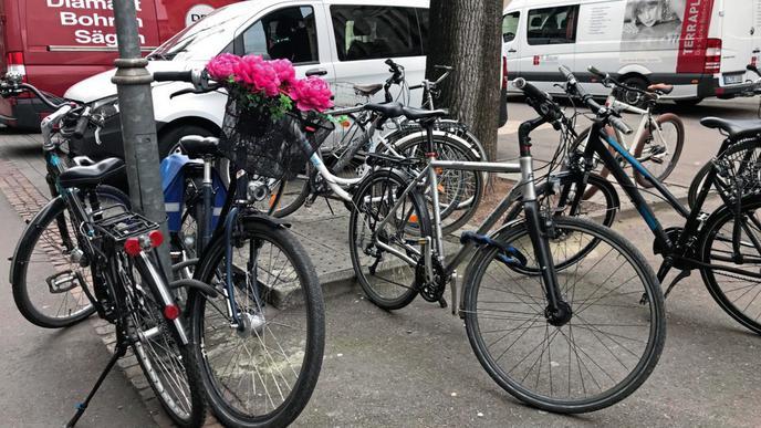 Viele Fahrräder stehen in der Karlsruher Innenstadt herum, wie hier in der Lammstraße. Durch die Baustellen für die Kombilösung sind viele Abstellplätze weggefallen.
