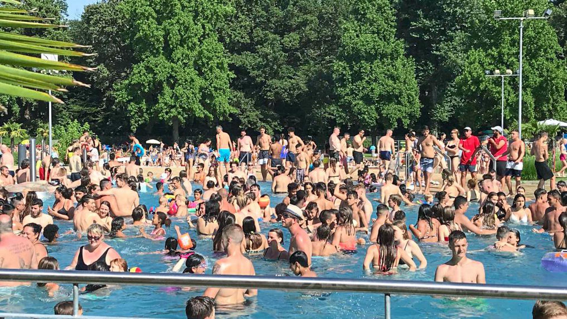 Dicht gedrängt standen die Badegäste am Sonntag im Rheinstrandbad Rappenwört wie hier im Wellenbecken. Rund 12.000 Badegäste zählte die Stadt an diesem glutheißen Tag. In allen Bereichen gerieten das Bad und seine Mitarbeiter an den Anschlag. Auch die anderen Bäder in der Stadt registrierten hohe Besucherzahlen.