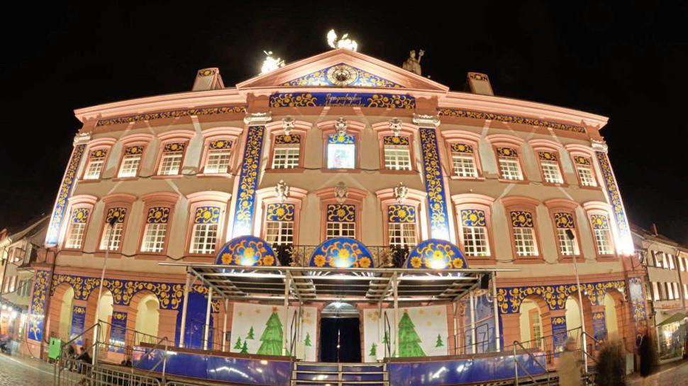 Weihnachtlich beleuchtet war das Gegenbacher Rathaus schon2013 in Gengenbach (Baden-Württemberg). Schon 2013 zierte die Fassade des Gengenbacher Rathauses ein überdimensionaler Weihnachtskalender. Dieses Jahr ist Der kleine Prinz von Antoine de Saint-Exupéry das Leitthema.