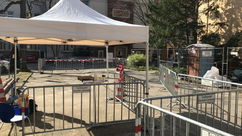 Ein Leitsystem soll am Rathaus West Kunden mit Notfall-Terminen schützen.