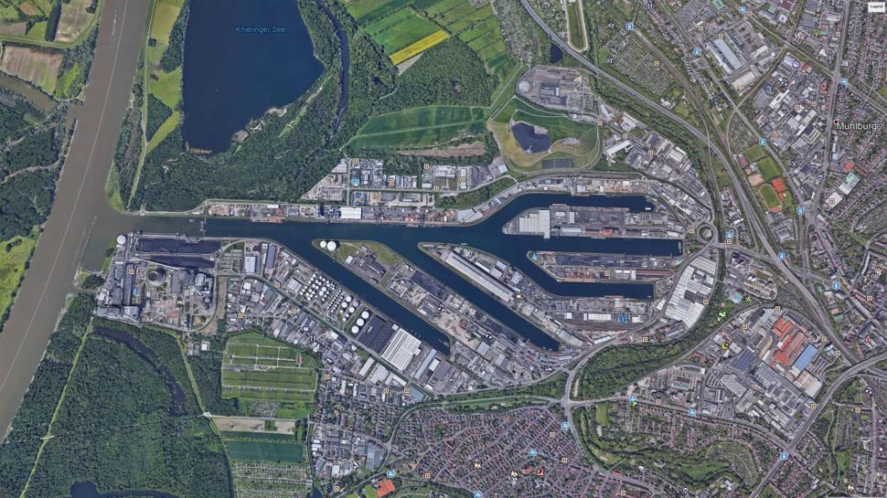 Satellitenfoto oder USB-Symbol? Der Karlsruher Rheinhafen vom All aus gesehen. Dort betreibt die EnBW das Dampfkraftwerk RDK.