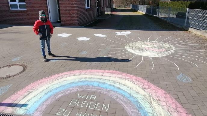 In Moisburg malte Béla it Kreide einen großen Regenbogen in die Einfahrt.