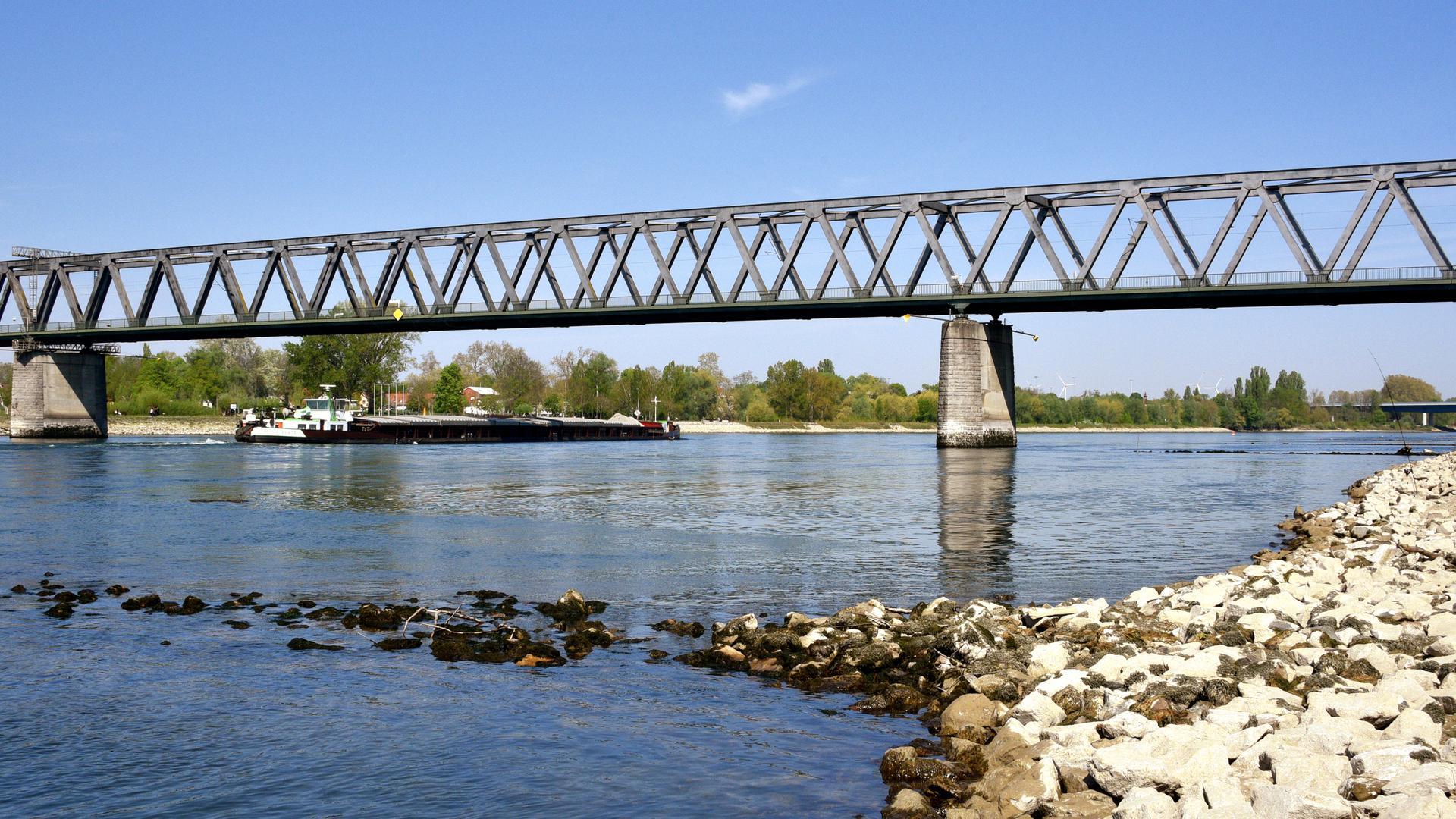 Rechts und Links vom Rhein: Vor der Krise prägten Pendlerströme zwischen dem Landkreis Germersheim und dem Landkreis sowie der Stadt Karlsruhe die Brücken des Flusses. Die derzeitige Belastung der jeweiligen Gebiete durch bestätigte Corona-Fälle unterscheidet sich aber eklatant.