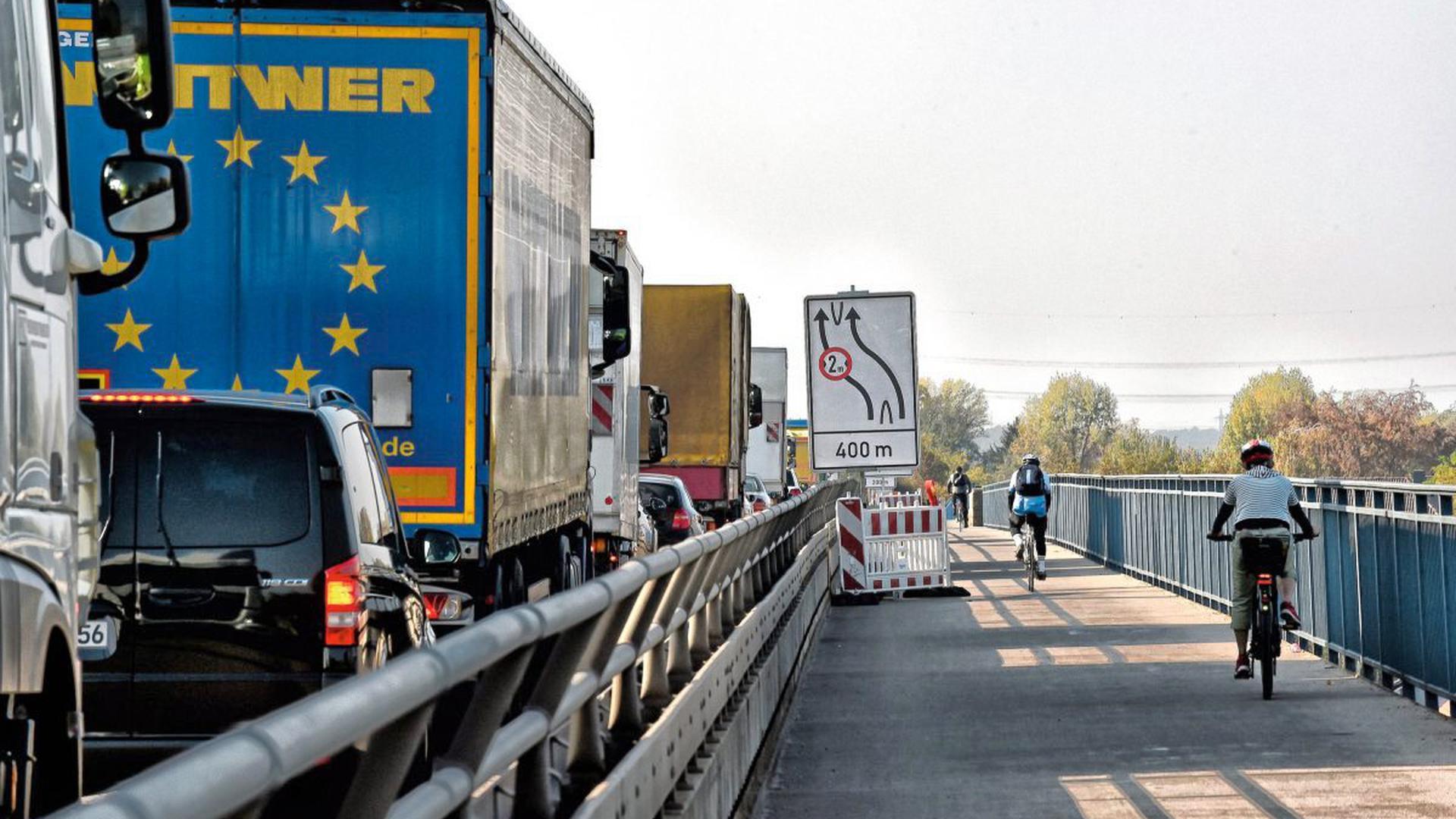Schon während der Bauarbeiten auf der Fahrbahn ging es für Radfahrer nur auf einer Seite der Rheinbrücke in beide Richtungen voran. Auch ein halbes Jahr nach Fertigstellung der Hauptarbeiten hat sich an diesem Zustand aber nichts geändert.