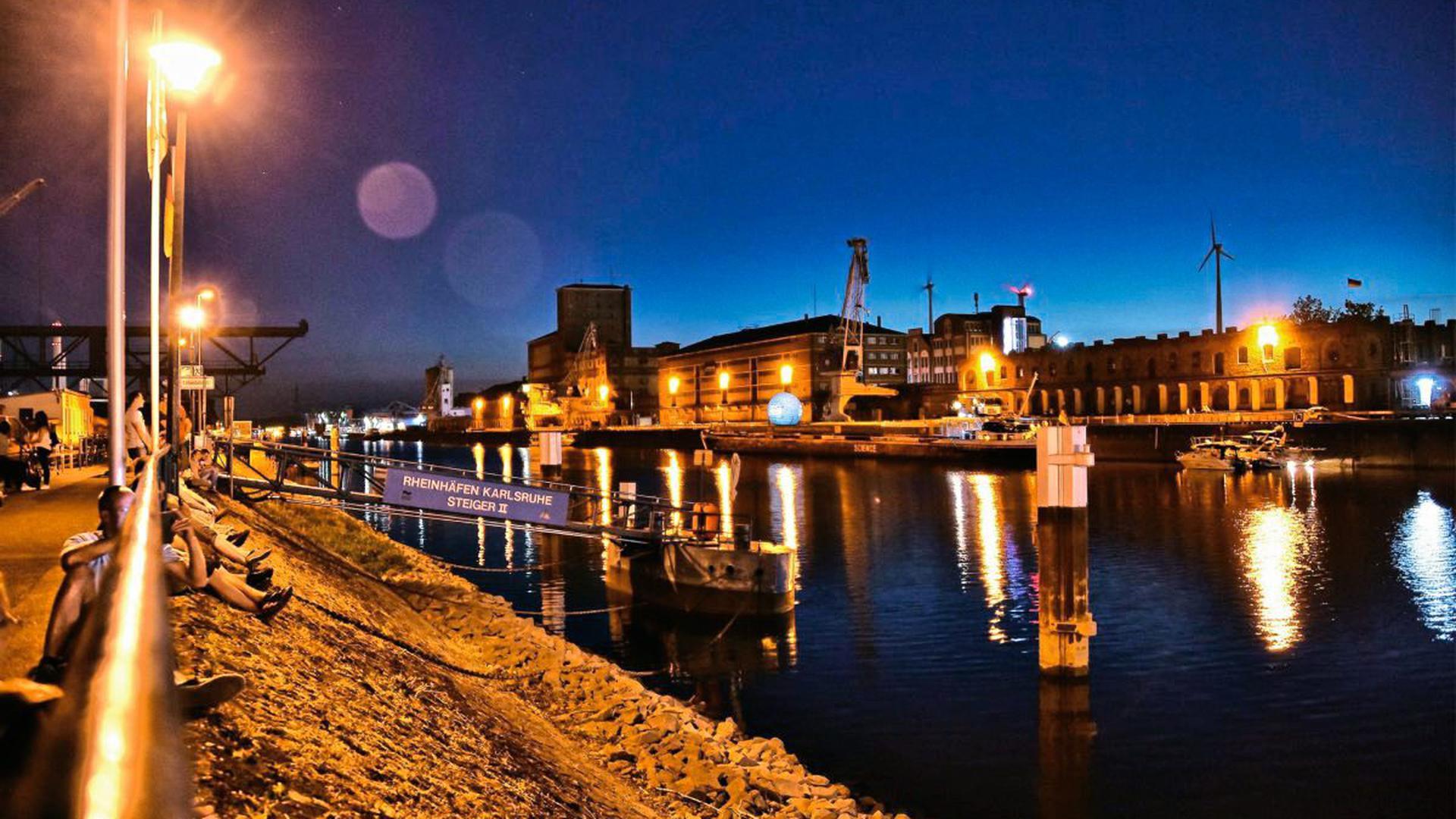 Sehr schöne Aufnahmen entstehen abends am Karlsruher Rheinhafen.