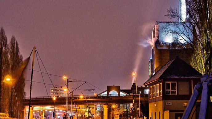 Der Karlsruher Rheinhafen mit Blick auf das Kraftwerk.