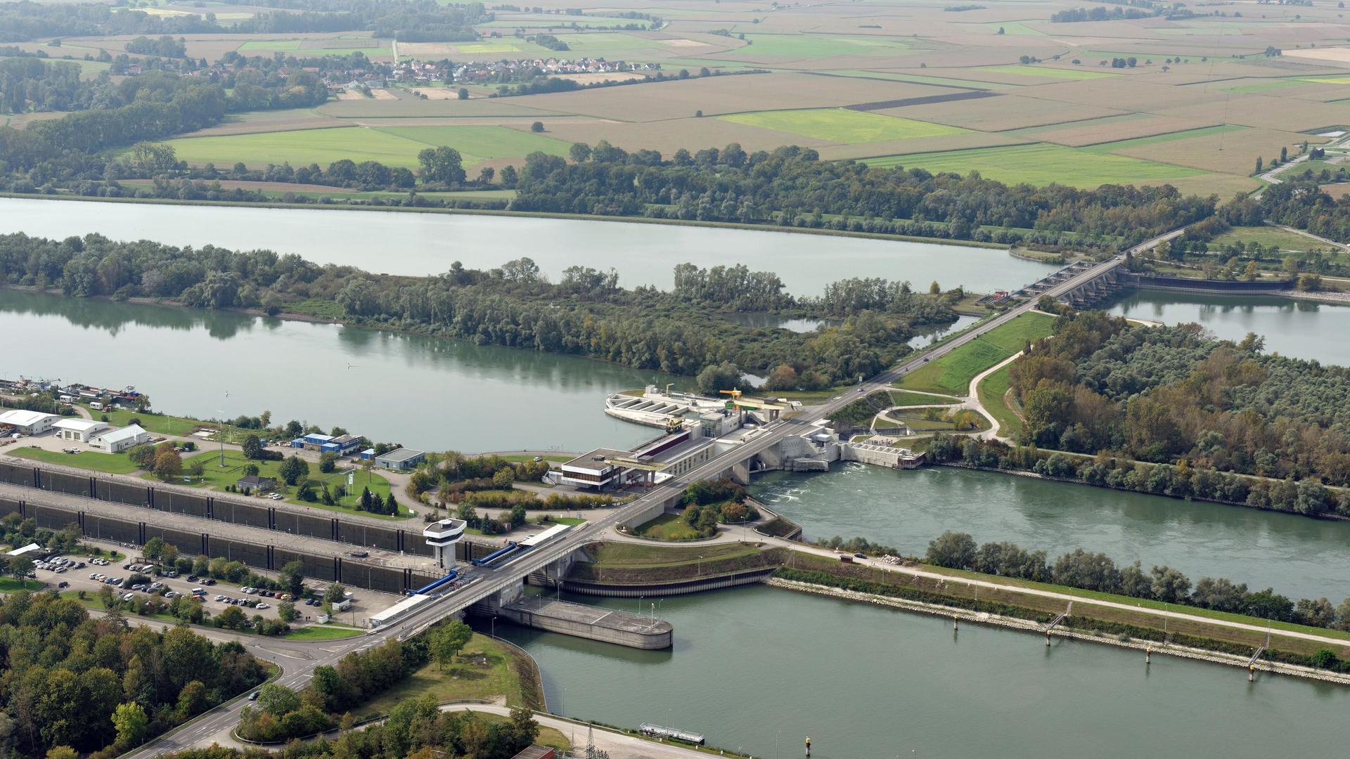 Der Rhein treibt die Turbinen an: In Iffezheim staut die EnBW Wasser auf und erzeugt so Strom für die Region.