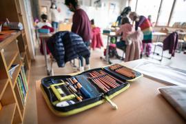 Ein Schulmäppchen liegt in einem Klassenraum der Valentin-Senger-Schule im Stadtteil Bornheim auf einem Tisch. (zu dpa: «GEW für mehr Luftfilter in Klassenräumen - Sorgen um neues Schuljahr»). +++ dpa-Bildfunk +++
