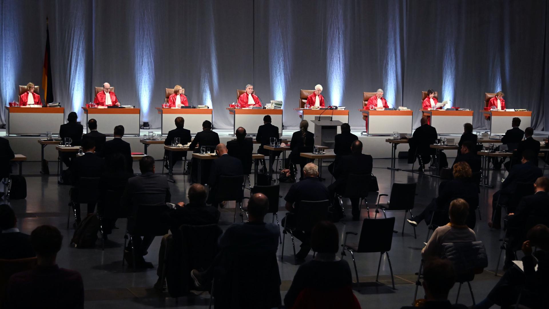 Pandemiebedingte Premiere: Der Zweite Senat beim Bundesverfassungsgericht verhandelt in der Messe Karlsruhe.