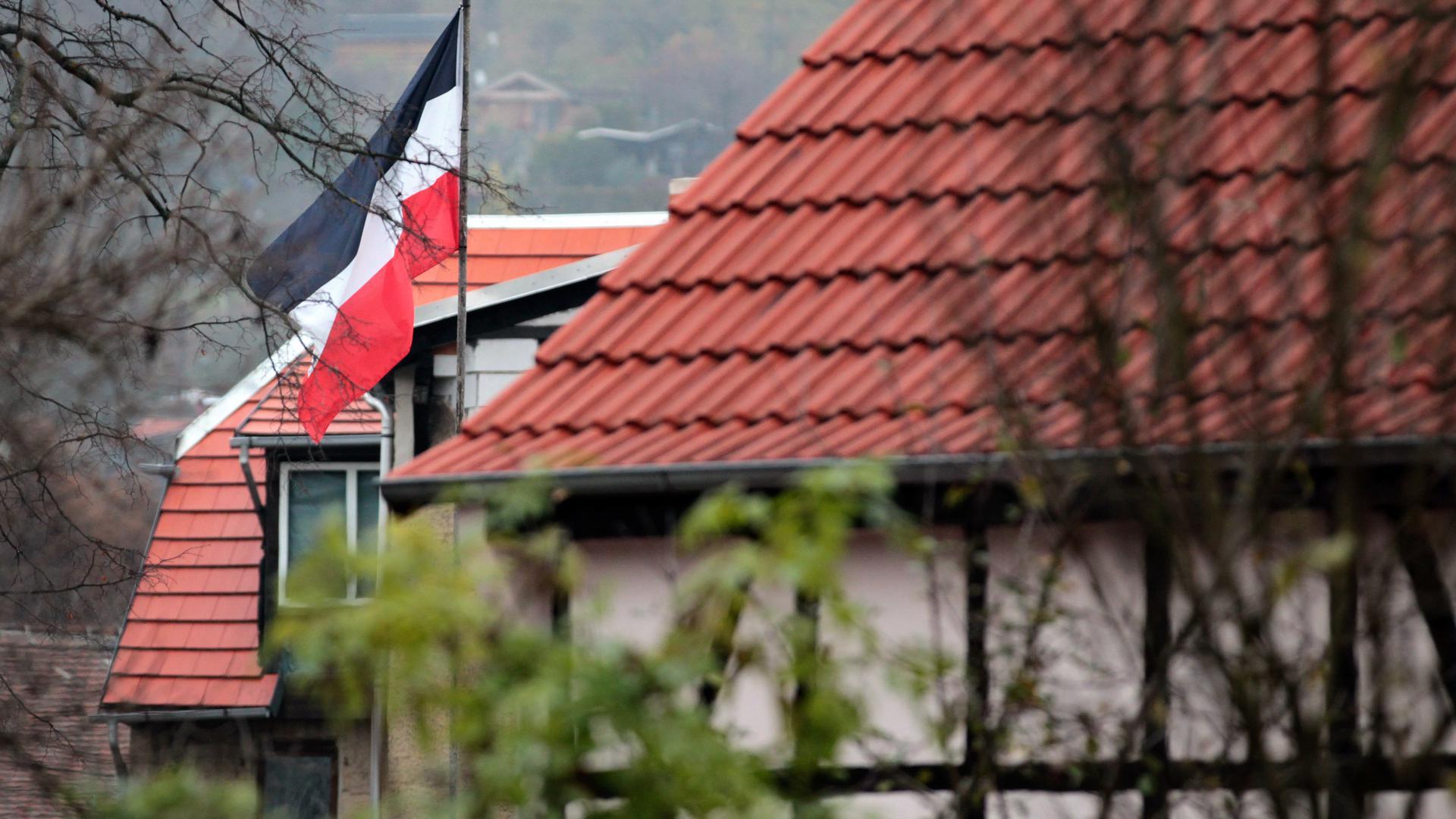 """Eine Reichsflagge hängt im Hof des """"Braunen Haus"""" in Jena, aufgenommen am Mittwoch (16.11.2011). Das Haus gilt seit Jahren als Treffpunkt der rechten Szene. In Jena sollen die einer Mordserie verdächtigen Rechtsradikalen aufgewachsen sein. Die drei gründeten in der thüringischen Stadt offenbar ihre Terrorzelle NSU. Foto: Jan Woitas dpa/lth ++"""