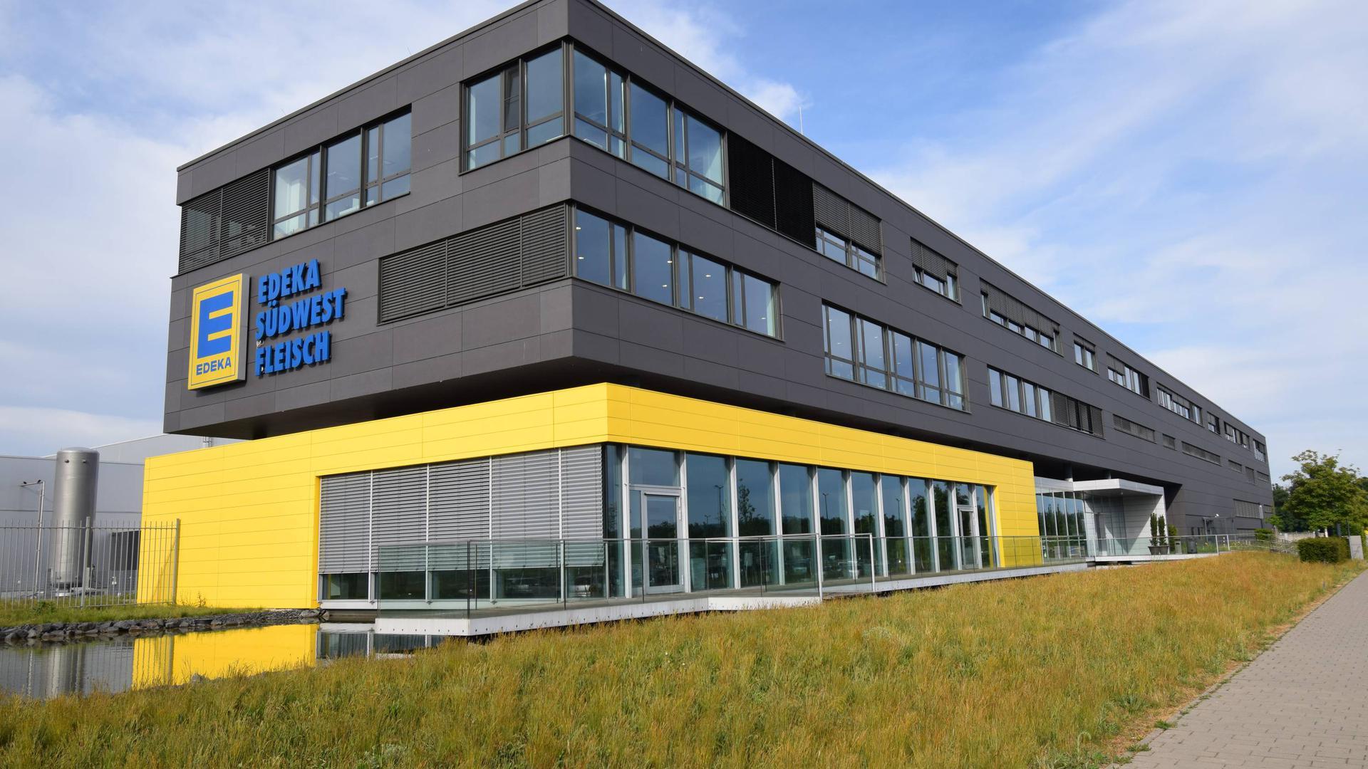 Im Edeka-Fleischwerk Rheinstetten arbeiten mehr als 1000 Beschäftigte in der Fleischverarbeitung.