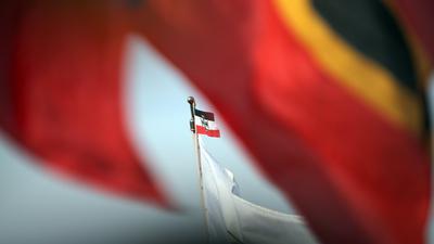 Flagge, die im Jahr 1944 von Josef Wirmer als Nationalflagge vorgeschlagen wurde, sowie einer Reichskriegsflagge (M).  Foto: Jan Woitas/dpa ++