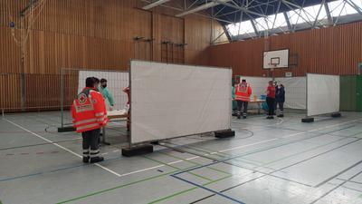 Letzte Handgriffe: Bevor am Samstag das Testzentrum öffnet, werden in der Keltenhalle die letzten Vorbereitungen getroffen.
