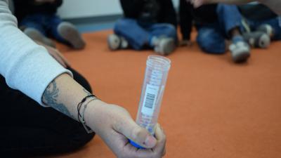 Gruppentest: Bei den sogenannten Lolli-Pool-Tests kommen Proben von 15 Kindern in ein Röhrchen, das dann in einem Labor ausgewertet wird. Nach rund sechs Stunden steht das Ergebnis fest.