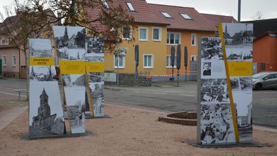 Stelen auf dem Roten Platz in Mörsch erinnern an die Zerstörung des Dorfes  kurz vor Kriegsende 1945