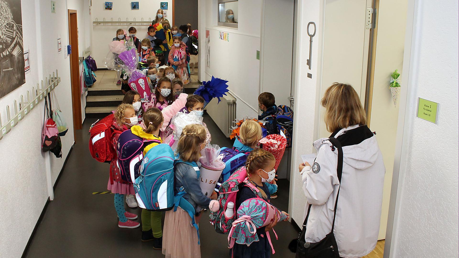 Schulkinder mit Schultüten