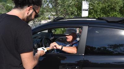 Kartenzahlung ist angesagt: Am Epplesee in Rheinstetten können Parktickets jetzt nur noch vorab gebucht werden. Lediglich Restkontingente gibt es bargeldlos vor Ort.