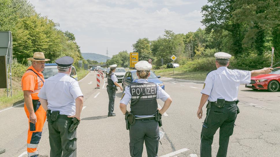 Polizisten ordnen den verkehr auf einer Zufahrtsstraße zum Epplesee