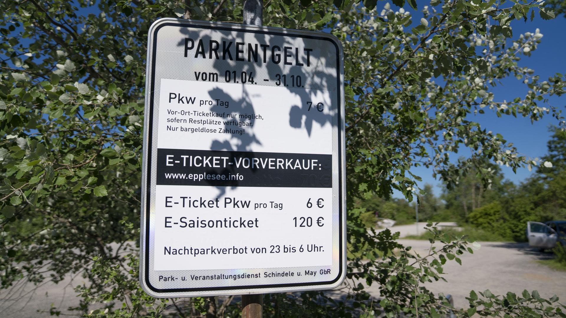 Schild zu Parkgebühren auf dem Parkplatz beim Epplesee in Forchheim.