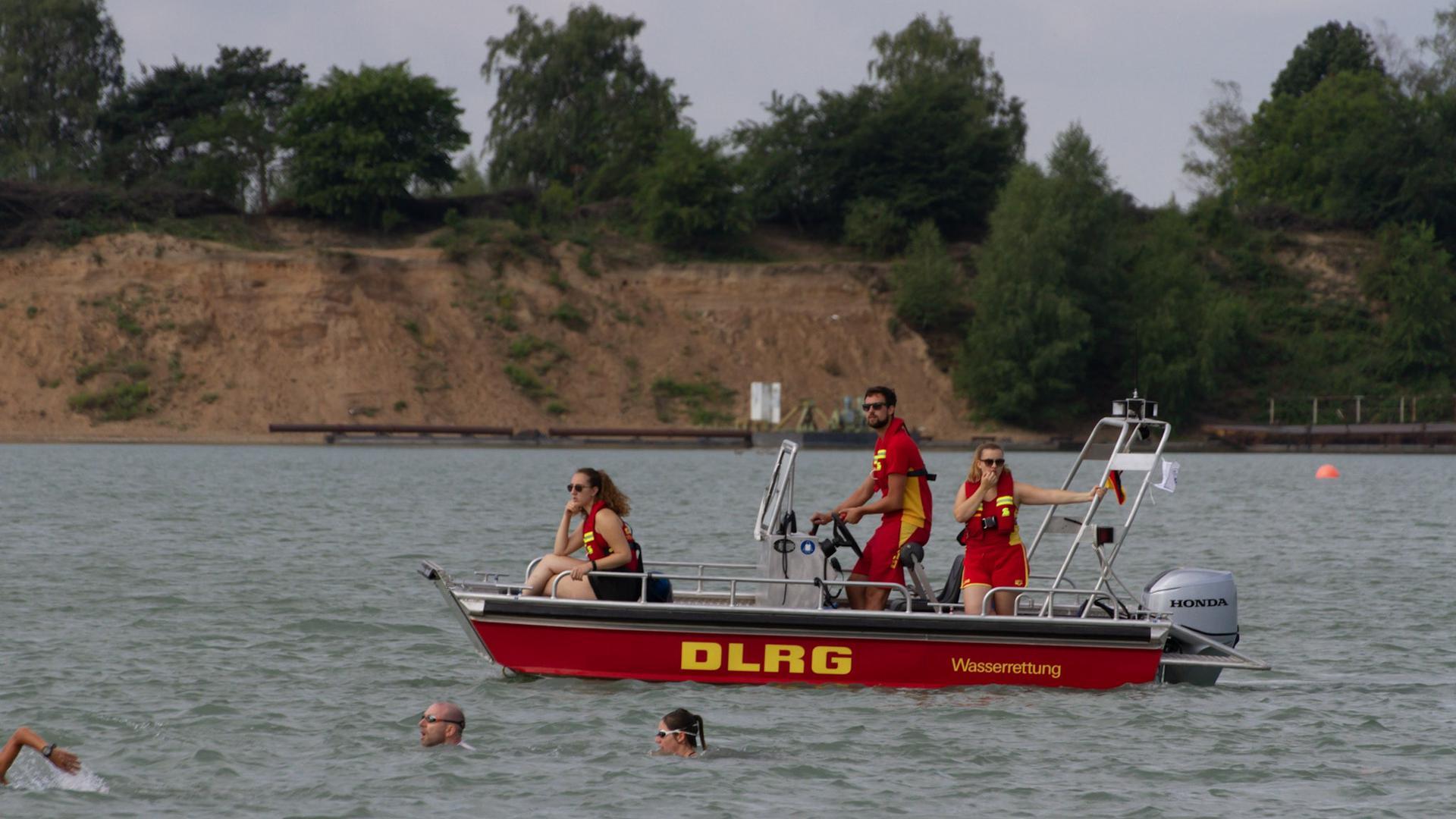 Boot mit Aufschrift DLRG und Schwimmer im Vordergrund