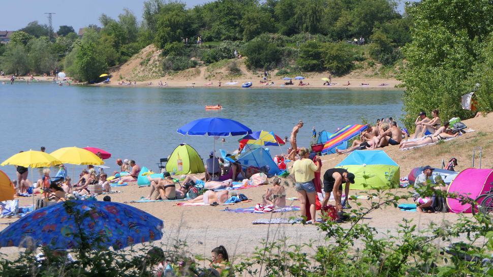 Badegäste am Ufer des Epplesees