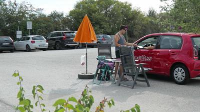 Einfahrt zum Parkplatz am Epplesee. Dort können die Autofahrer ein Tagesticket zum Parken lösen.