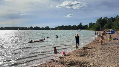 Bild vom Ufer des Epplesees mit Menschen