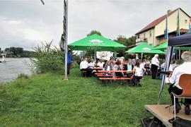 Gemütliches Fest am Rheinufer, im Hintergrund die Rheinfähre Baden-Pfalz