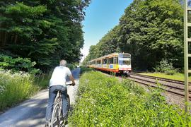 Fahrradfahrer und Stadtbahn