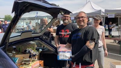 KSC-Fans laden ein Auto mit Lebensmittelspenden aus.