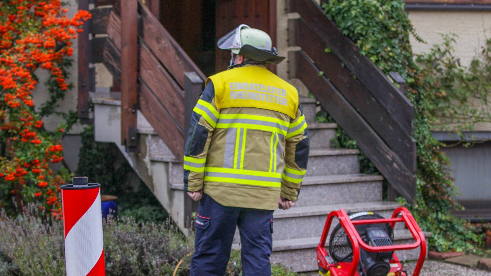 Der Einsatzleiter der Feuerwehr Rheinstetten steht bei einem Einsatz wegen einer Kohlenmonoxid-Vergiftung vor einem Wohnhaus.