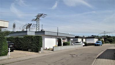 Stromleitungen über Häusern