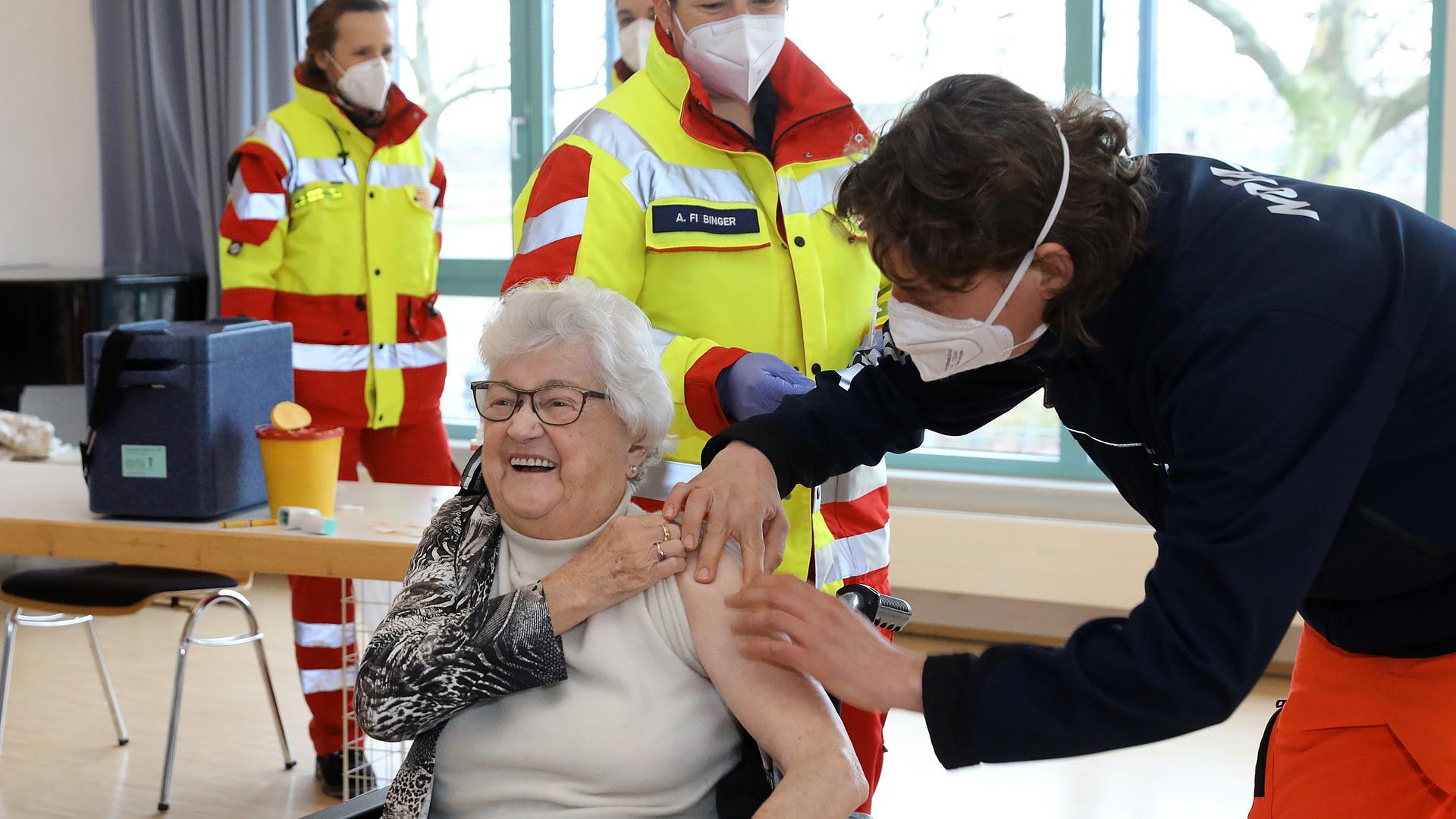 Rosa Maria Neu wird gegen das Coronavirus geimpft.