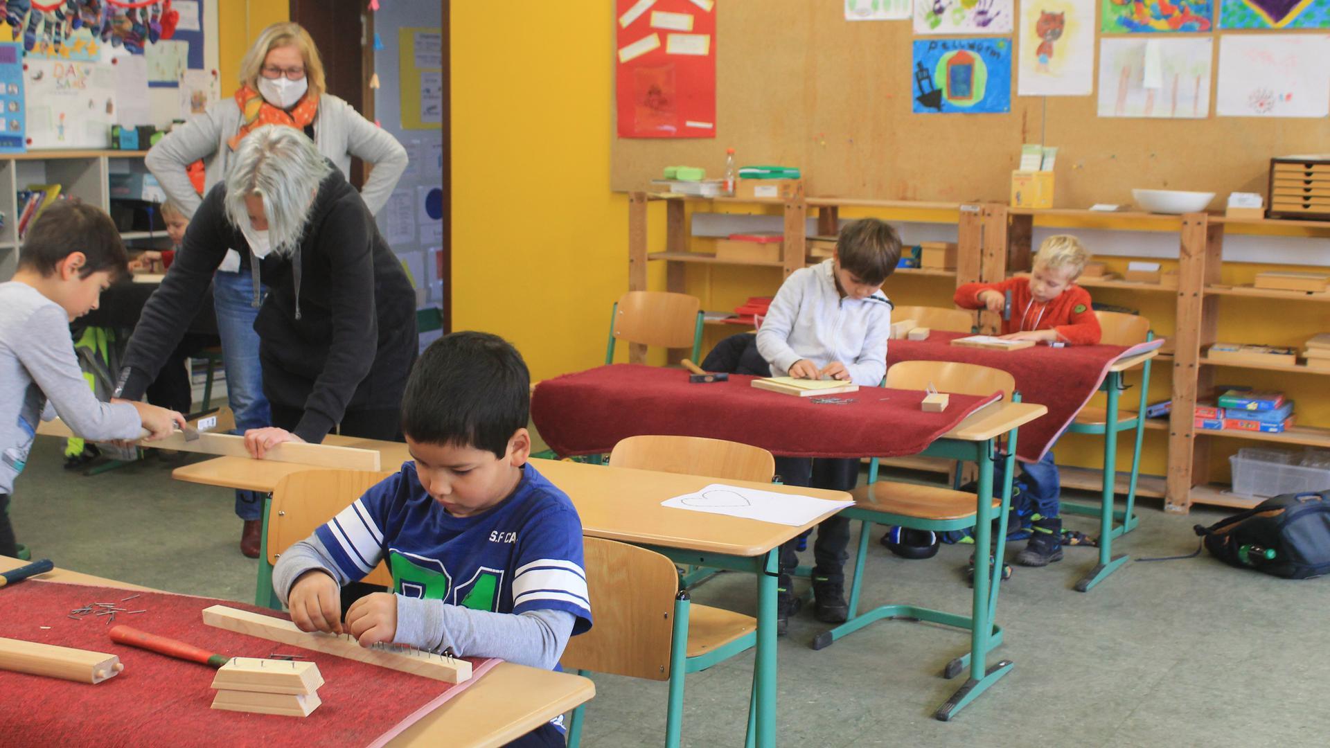 Konzentriert bei der Arbeit: Mit Nägeln und Holz haben 13 Jungs und Mädchen vergangene Woche in der Notbetreuung in der Rheinstettener Albert-Schweitzer-Schule gewerkelt.