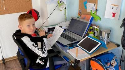 Kinderzimmer statt Klassenzimmer: Der neunjährige Oskar aus Rheinstetten sitzt an seinem Schreibtisch. Er ist in Quarantäne.