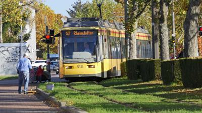 Stadtbahnlinie S2 fährt durch den Rheinstettener Stadtteil Forchheim