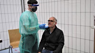 Volker Bulling kommt im Nebenjob im Städtischen Klinikum Karlsruhe mit Patienten zusammen. Deshalb lässt er sich öfters testen, wie am Samstag in Rheinstetten durch Dominik Perpeet.